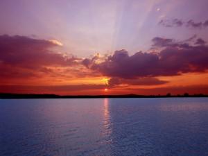 Postal: Bello amanecer sobre el agua