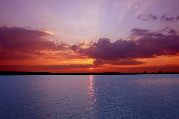 Bello amanecer sobre el agua
