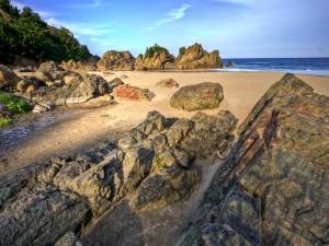 Postal: Rocas en una playa