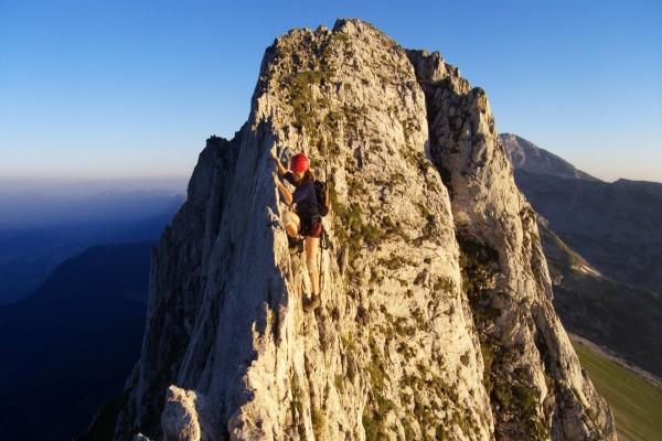 Mujer en lo alto de una cresta rocosa