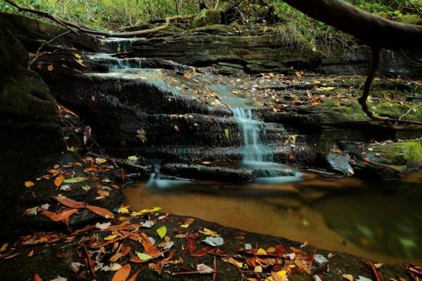 Cascada con poco caudal en otoño