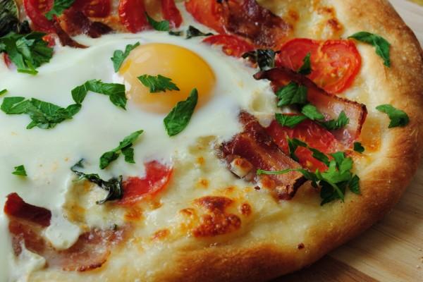 Pizza con un huevo y beicon