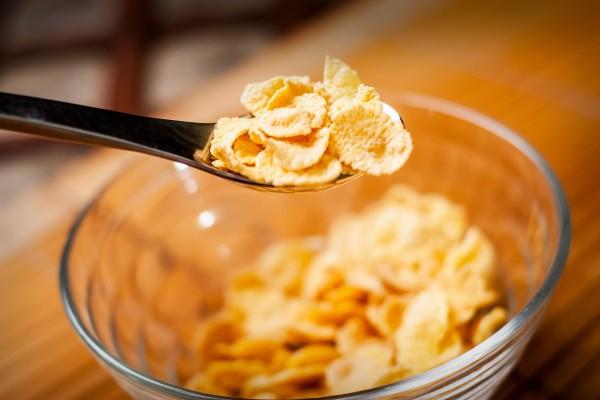 Cuchara con cereales para el desayuno