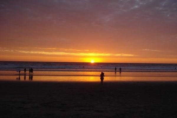 Sol en el horizonte de una hermosa playa