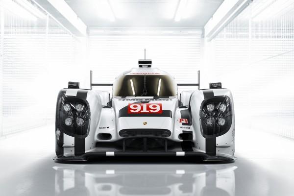 Porsche 919 en un garaje iluminado