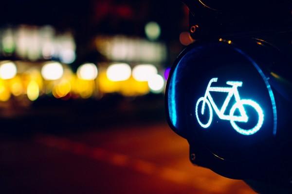Semáforo indicando el paso de bicicletas