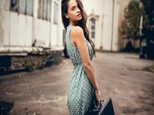 Postal: Joven con un vestido de lunares