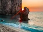 Rayos de sol entre dos rocas marinas