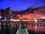 Luces al amanecer sobre un embarcadero