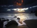 Nubes al amanecer sobre una playa