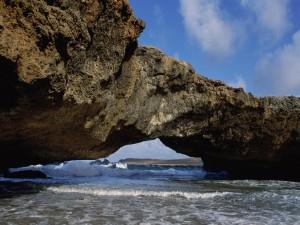 Olas bajo una formación rocosa