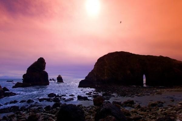 Hermoso cielo sobre las formaciones rocosas de una playa