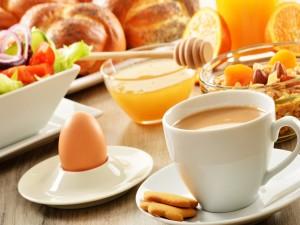 Mesa preparada para un buen desayuno
