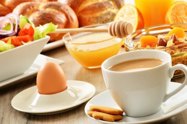 Mesa preparada para un buen desayuno 57940 for Mesa desayuno