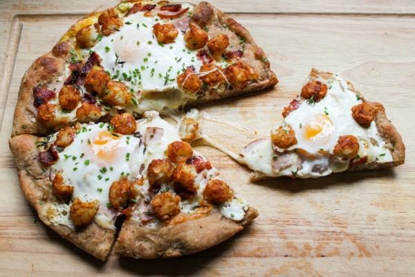 Pizza con huevos y coliflor