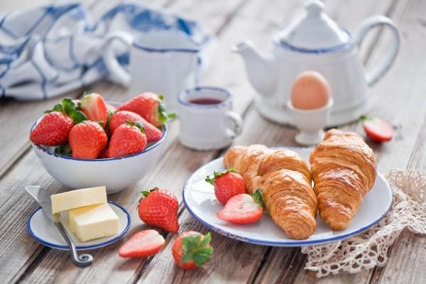 Fresas y cruasanes para un rico desayuno