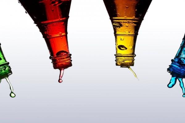 Líquido saliendo de unas botellas
