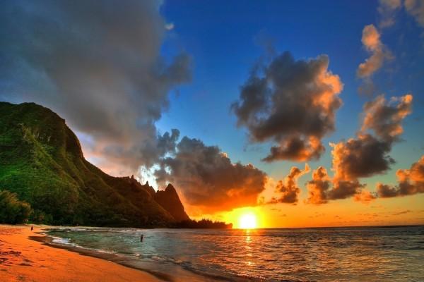 El sol iluminando la playa al amanecer