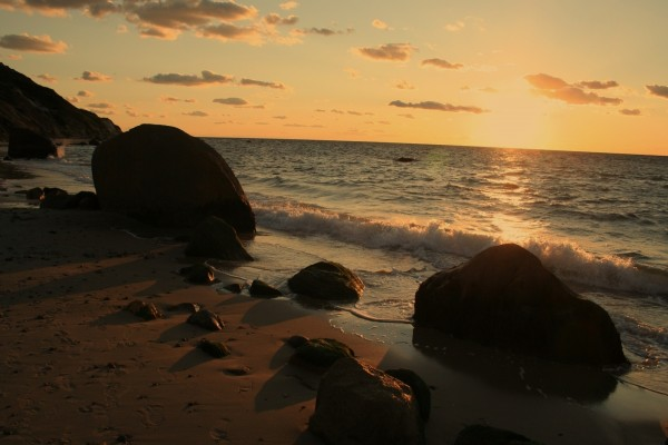 Playa iluminada al amanecer