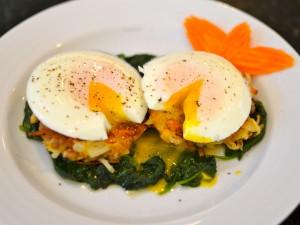 Postal: Huevos sobre una cama de espinacas