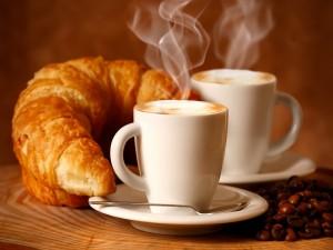 Café humeante y cruasanes para el desayuno