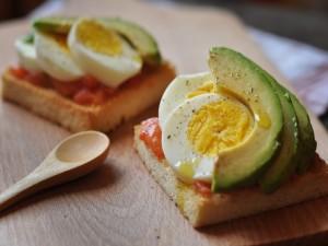 Pan de molde con huevos, salmón y aguacate
