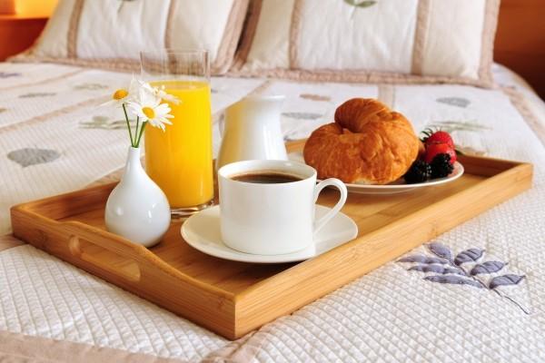 Bandeja de desayuno sobre una cama