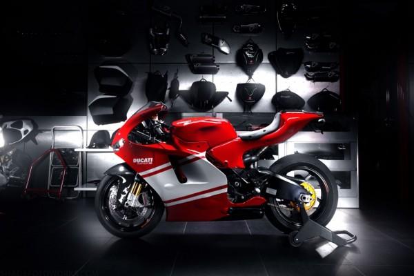 Ducati Desmosedici RR en un garaje