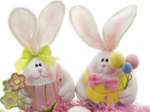Postal: Tiernos conejitos con huevos de Pascua y flores