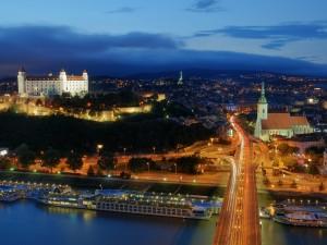 Luces en Bratislava al amanecer (Eslovenia)