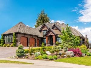 Una elegante mansión con jardín