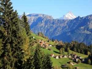 Pueblo entre montañas y pinos (Suiza)