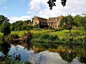 Casas frente a un estanque en Inglaterra