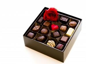 Te regalo una rosa y una caja de bombones