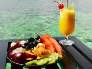 Zumo y frutas para degustar frente al mar