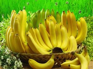 Hermosas bananas en una cesta