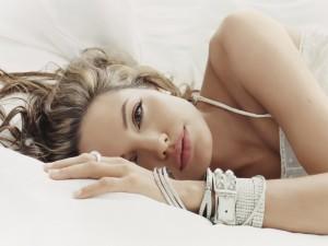 Angelina Jolie tumbada en una cama