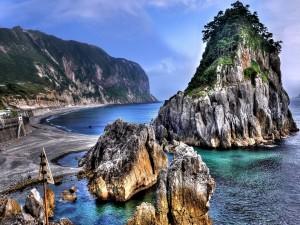 Grandes rocas en la costa