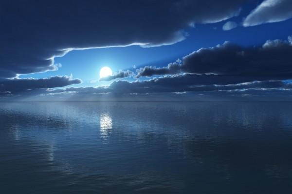 Hermosa luna reflejada en el mar