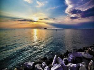 Sol entre nubes reflejado en el mar