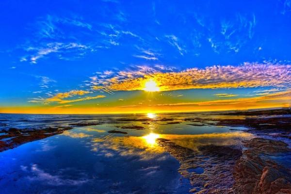 Bonito cielo al amanecer reflejado en el agua
