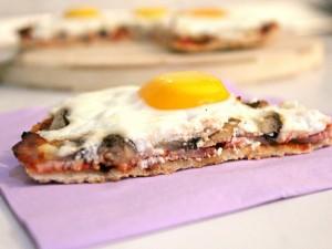 Huevo en una porción de pizza