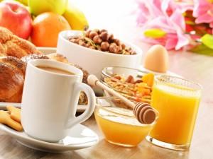 Desayuno con frutas, cereales y bollería