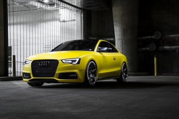 Audi RS5 de color amarillo