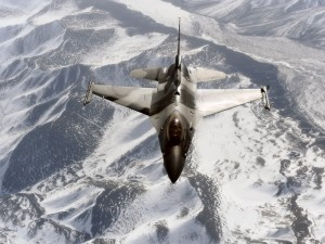 Un General Dynamics F-16 Fighting Falcon sobrevolando unas montañas