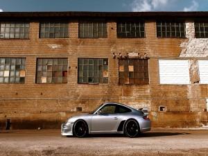 Porsche GT3 junto a un edificio abandonado