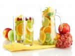 Vasos y jarra llenos de frutas frescas