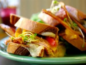 Un rico sándwich con brotes