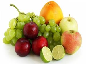 Uvas entre otras piezas de fruta