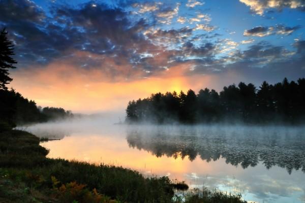 Bruma sobre el río al amanecer